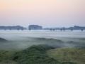 05 Leutsestraat-omgeploegd land met mist tijdens zonsopkomst-300 dpi Pauline