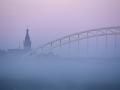005-stevenskerk-en-waalbrug-in-mist-met-zonsopkomst